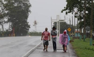 HOY / Ni la lluvia ni las restricciones detuvieron a los peregrinantes a Caacupé