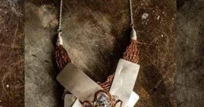 La Nación / Exhiben joyas y artesanías hechas con materiales reciclados por mujeres del Bañado Sur