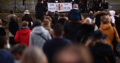La Nación / Católicos franceses se manifiestan contra la prohibición de las misas