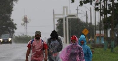 La Nación / Pese a lluvias, feligreses peregrinan hasta Caacupé