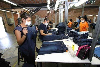 Potencian la otorgación de capital operativo para confeccionistas de Yaguarón
