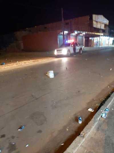 Jóvenes alcoholizados reciben a pedradas a policías