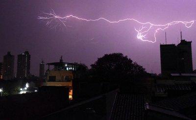 Subió al techo para proteger su vivienda de la tormenta y le pegó un rayo