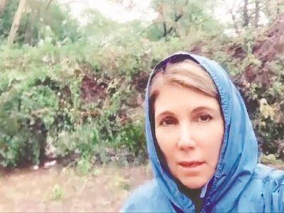 Un feroz árbol casi se cae por Sanie López