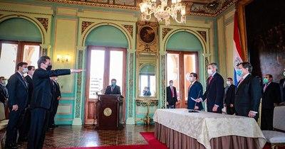 La Nación / MIC: Mario Abdo tomó juramento a Luis Castiglioni