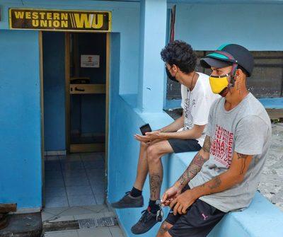 """Fin de las remesas a Cuba será el regreso de """"mulas"""" en aeropuertos, dice CubaTrade"""