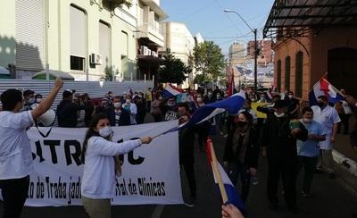 Personal de blanco se manifiesta frente al Ministerio de Salud