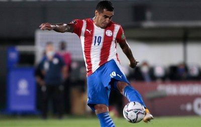 """El """"9"""" titular de Paraguay solo tocó 4 pelotas en el área rival"""