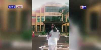 Licenciada recibió su título vestida de novia