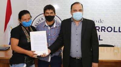 Familias firmaron contratos por sus lotes en Limpio