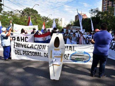 Huelga en pandemia: Clínicas en pie de guerra por más presupuesto