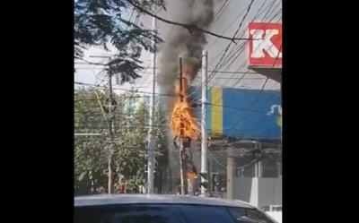 Arde cableado enmarañado sobre transitada avenida