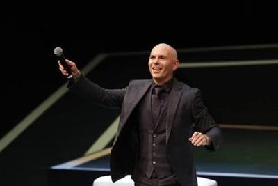HOY / Pitbull actuará junto a personal de emergencia en los Latin Grammy