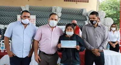 Ministro entregó insumos para huertas y capital semilla en Canindeyú