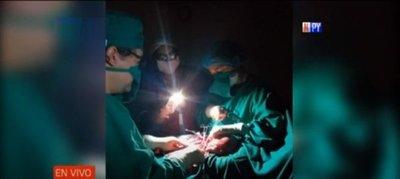 Pequeña luz entre tanta oscuridad: Nació iluminado por una linterna de celular