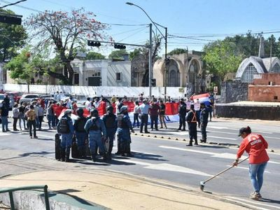 Trabajadores de Clínicas se dirigen al centro de Asunción