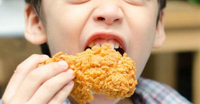 Niñera les dio nuggets de pollo a dos niños vegetarianos y ahora la madre pide una compensación económica