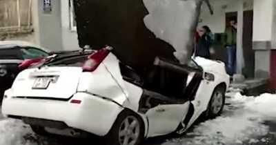 Hombre salva de milagro luego que una placa de hormigón cayera sobre su auto