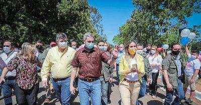 La Nación / Abdo inaugura asfalto que pasa por propiedad de la familia de Lilian Samaniego