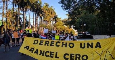 La Nación / Estudiantes se manifestaron frente a Mburuvicha Róga pidiendo la reglamentación del arancel cero