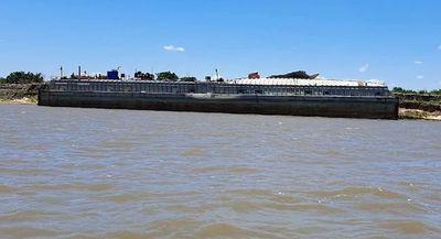 Barcaza de carburante estalló en el río