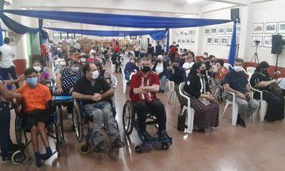 Entregan sillas de ruedas y certificados a personas con discapacidad