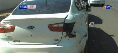 Motociclista muere tras atropellar auto estacionado