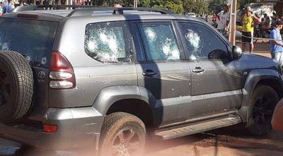 Sicarios atacan a tiros una camioneta blindada y matan a un hombre
