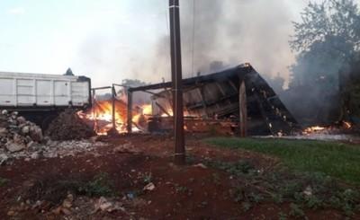 Depósito de madera quedó reducido en cenizas tras incendio