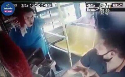 Chofer de bus sufre golpiza tras roce