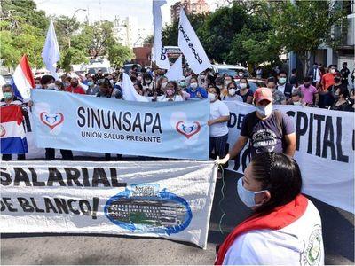 """Trabajadores de Clínicas convocan a una """"marcha urgente"""""""