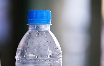 Las botellas de vidrio son mucho peor que las de plástico.