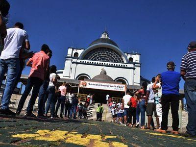 Caacupé:  Fieles copan la Basílica   a días del inicio del novenario