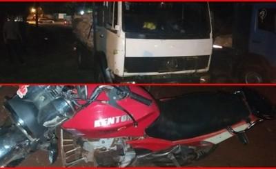 Cayó de su moto mientras lo remolcaban y un camión le pasó por encima