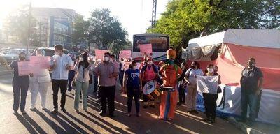 Huelguistas de Clínicas se concentrarán frente al Parlamento