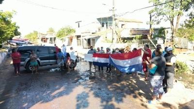 HOY / Agua fecal inunda calle asuncena: vecinos se manifiestan para pedir solución