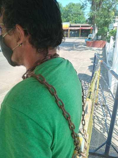 Hombre se encadena frente a Tupãsy Ykua ante cierre del lugar por la festividad mariana