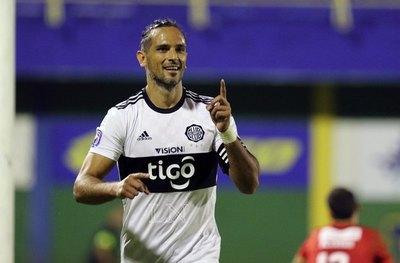 A fuerza de goles, Roque Santa Cruz persigue el récord de Mauro Caballero