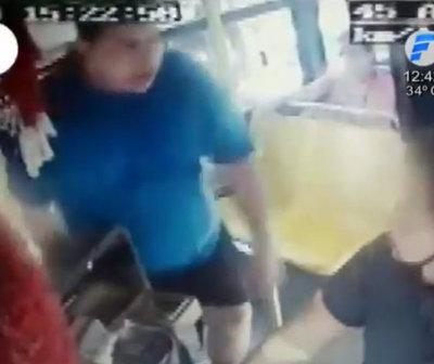Conductor agrede al chofer de un bus por rozar su auto