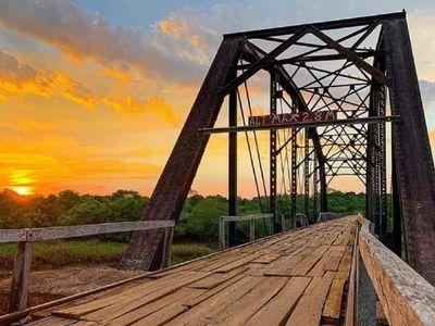 Bomberos salvan histórico puente Fierro Punta que une Yuty con Yegros