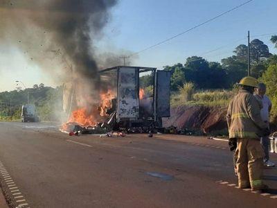 Semirremolque que transportaba juguetes ardió en llamas en Yguazú