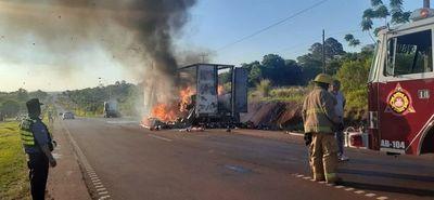 Semirremolque repleto de mercaderías se incendia en plena ruta