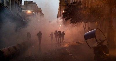 La Nación / La policía dispersa un campamento de migrantes en París con gas lacrimógeno
