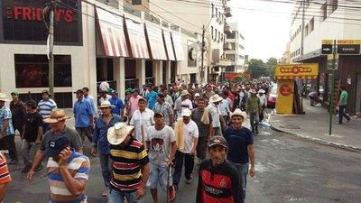Miles de campesinos marchan en el microcentro y generan un verdadero caos vehicular.