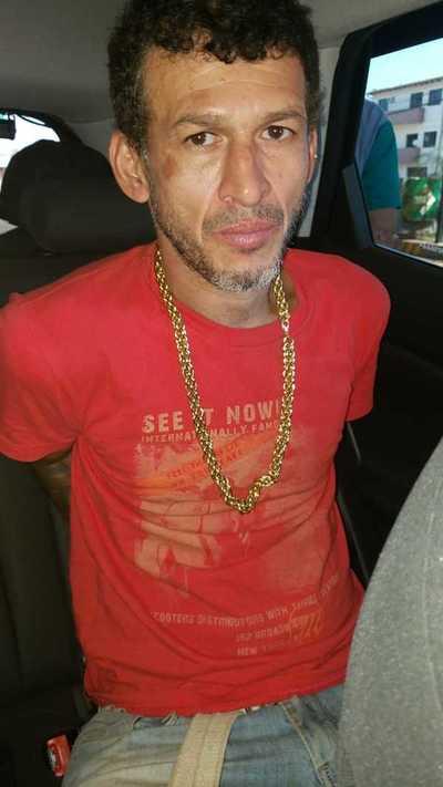 Detienen a un hombre con rosario de antecedentes y joyas robadas en su poder