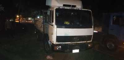 Motociclista muere arrollado por camión cuando era remolcado por otra moto