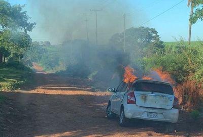 Imncineran vehículo en Callejón Maffuci