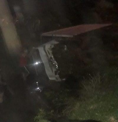 Camión cae a arroyo