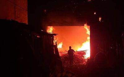 Incendio consumió una carpintería en CDE