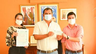 Caazapá: Gobernador entregó aportes a comisión de jóvenes de San Juan Nepomuceno